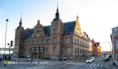 哥本哈根城市街道旁的欧式古代建