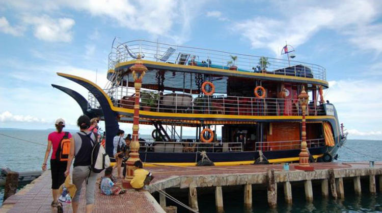 西哈努克城(Sihanoukville),原名磅逊,是柬埔寨的一个港口城市,也是柬埔寨唯一的海港城市和海滨度假地,同是也是柬埔寨国内重要的旅游城市。 西哈努克港是柬埔寨最繁忙的海岸港口,同时此市也是柬埔寨国内比较重要的旅游城市,这座城市最诱人之处在于白沙眩目、海水湛蓝的海滩。但这里几乎没有水泥建筑,所有的房屋都是岛上的树木建造的,简单、美观、安全而且很实用。整座岛上没有一条公路,所有的道路都是人踩出来的。所有的一切都让这里变为一个不受世间沾染的世外桃源。 西哈努克港(Sihanoukville),是柬埔寨