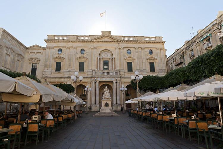 【服务语言】英语 【导览时长】2小时 【导览起始点】瓦莱塔主要城门(Valletta Main Gate) 【产品特色】 下载语音导览,利用MP3 播放器、手机或其他装置聆听即可。您可以自主选择景点参观,可以随心所欲改变行程  语音导览附有可打印的地图和方向指引,使用方便  29段音轨是由经验丰富的叙述者、作家与历史学家所讲述的,专业权威 【包含景点】  瓦莱塔(Valletta)  城门(City Gate)  自由广场(Freedom Square)  共和街(Republic Stree
