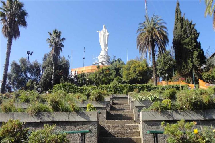 在会圣克里斯托瓦尔山顶发现一个一个惊人的圣母玛利亚72英尺高的雕像