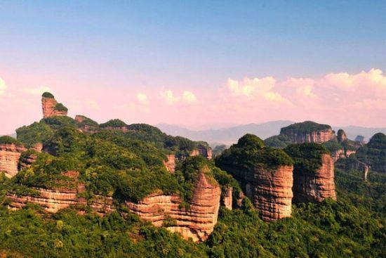 独特的丹霞地貌形成了最具特色的丹霞风景,游客们乘着游船一边前行