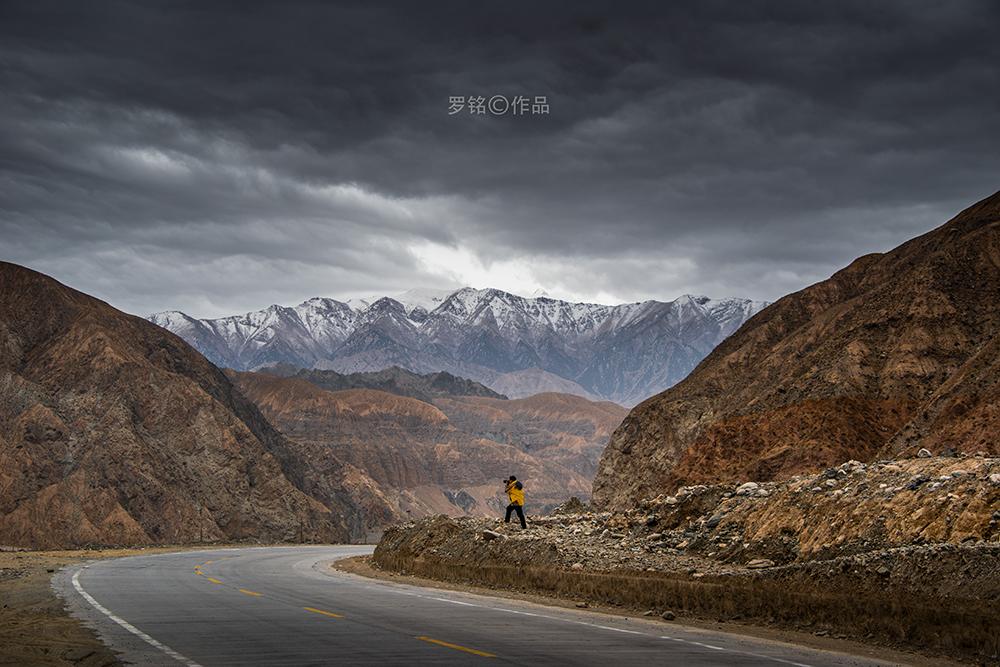 踏上南疆丝绸之路的旅途,沿途拍摄博斯腾湖,地貌景观和人文风情,入住